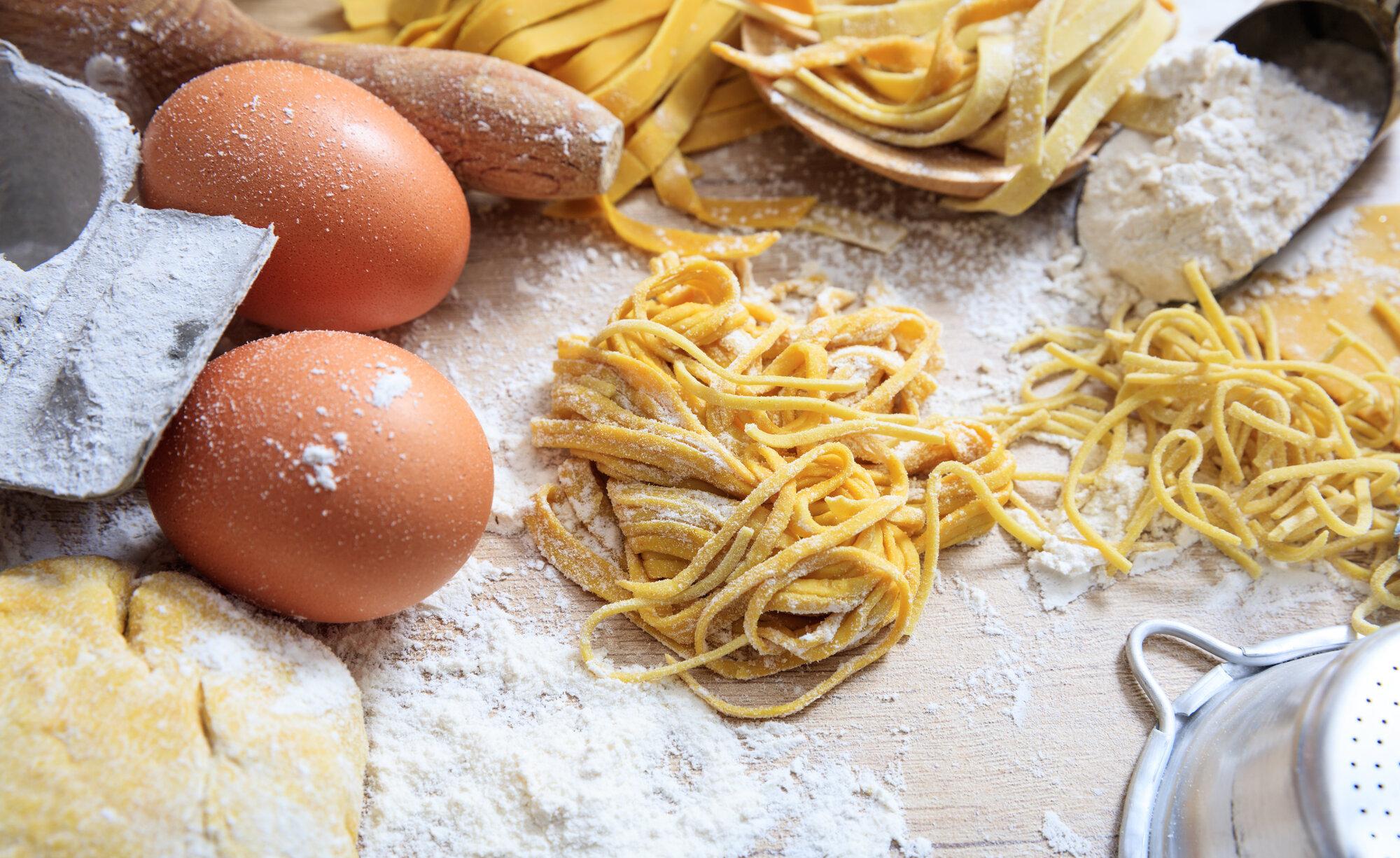 fresh tagliatelle pasta homemade preparation PCY9EQE - Startseite