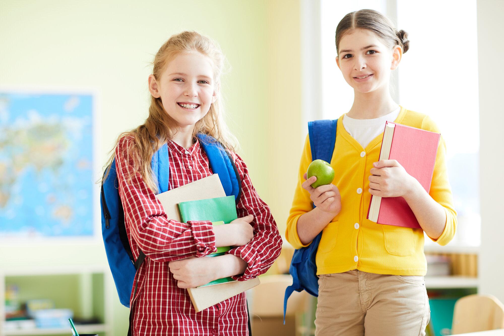 positive school friends at break MUC7DHF - Startseite