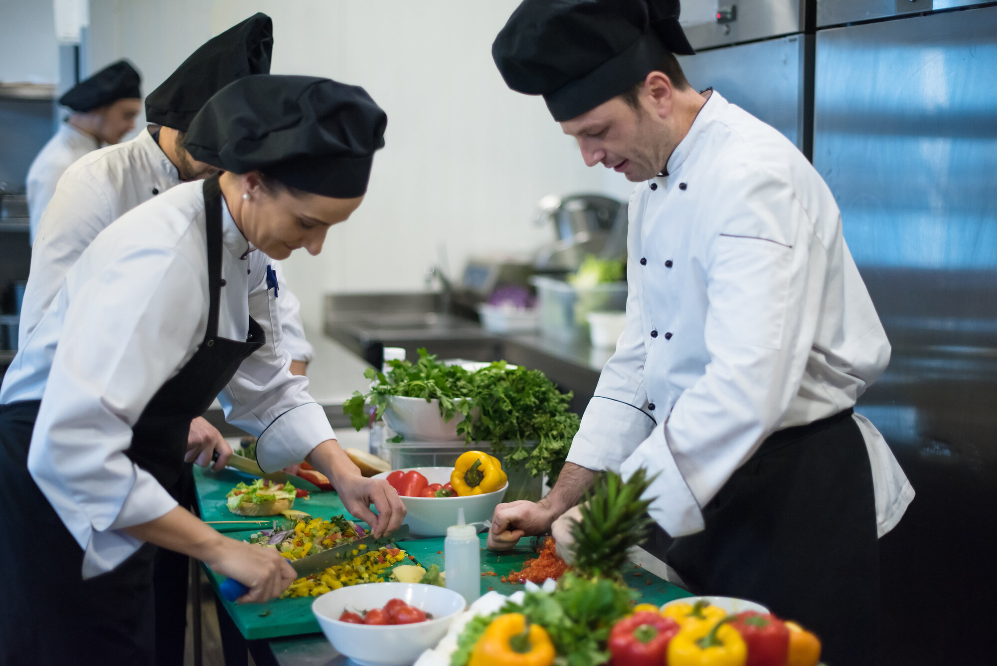 team cooks and chefs preparing meals PHEXYWN - Startseite